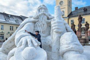 Výtvarník Josef Dufek (na snímku z 5. února) letos opìt vytvoøil obøí snìhovou sochu Krakonoše na námìstí v Jilemnici.